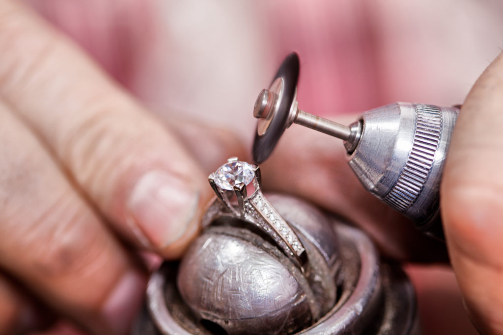 Juwelier bearbeitet Schmuck