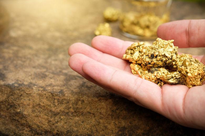 Gold in der Hand halten